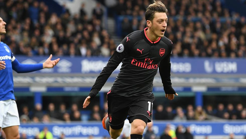 Mesut Özil, tras marcar contra el Everton en un partido de la actual Premier League