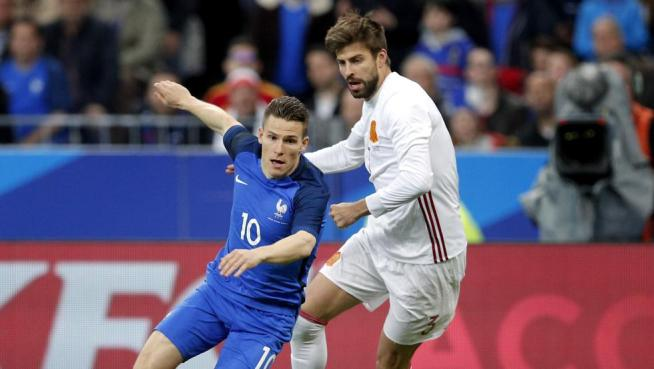 Gerard Pique y Gameiro durante una acción del partido