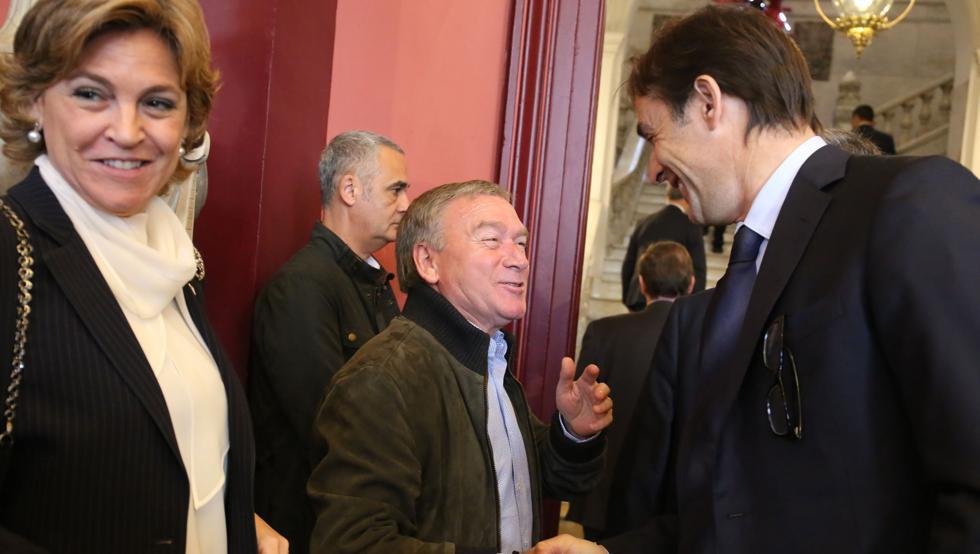 Javier Clemente se saluda con Julen Lopetegui en Bilbao