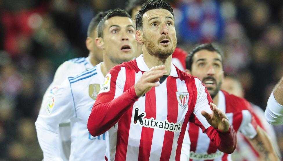 Aduriz y Raúl García observan la trayectoria de un balón con Cristiano