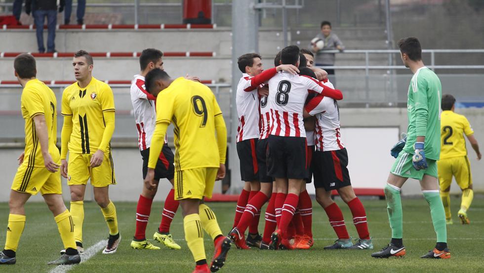 Los jugadores del Bilbao Athletic celebran un gol en Lezama en su victoria sobre el filial de Osasuna.