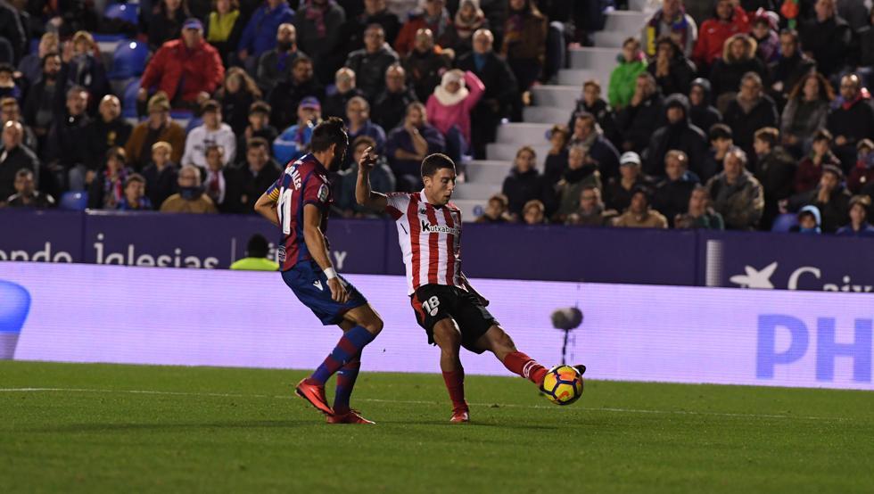 De Marcos puso el centro que Postigo introdujo en su portería para darle los tres puntos al Athletic.