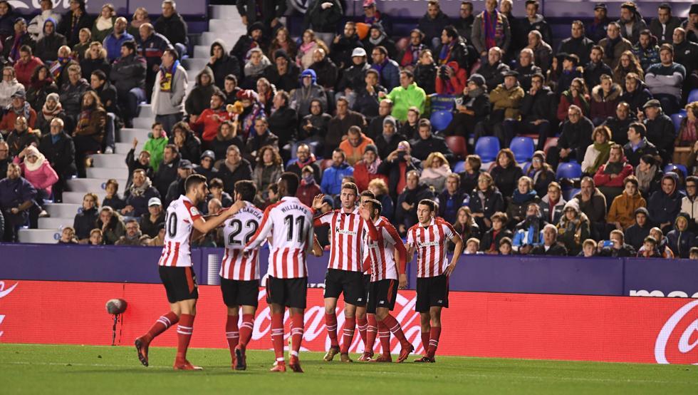 Los jugadores del Athletic celebran el gol de la victoria sobre el Levante.