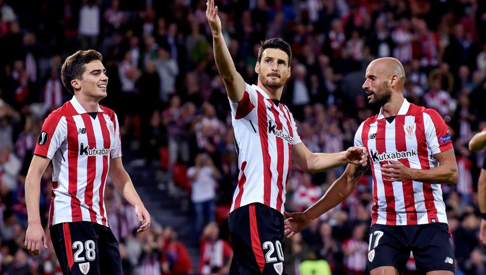 Aduriz, junto a Córdoba y Mikel Rico, celebra uno de los tantos ante el Hertha.