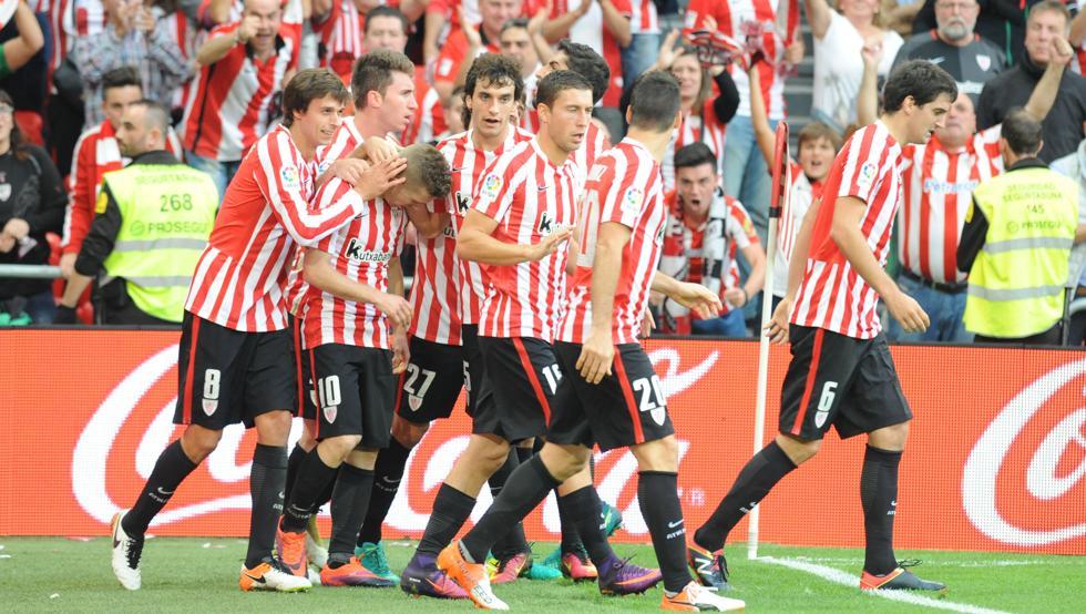 Los jugadores del Athletic celebran un gol en el último derbi jugado en San Mamés.