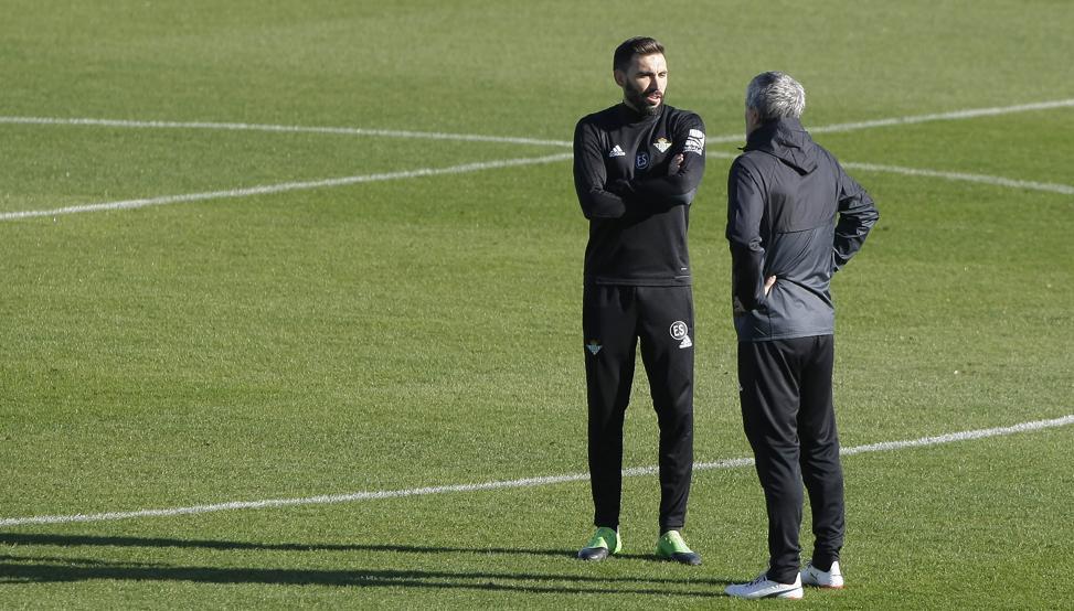 Eder Sarabia charla con Quique Setién en un entrenamiento del Betis
