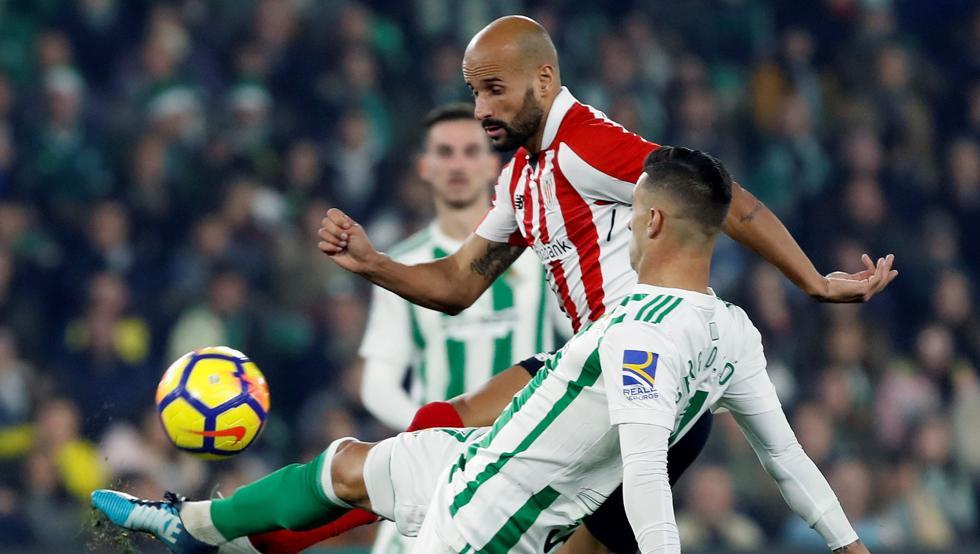 Rico pugna por un balón con Sergio León