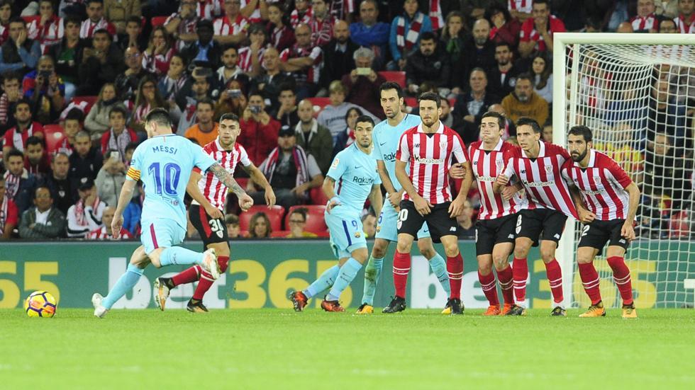Messi se dispone a ejecutar un libre directo en San Mamés ante la presencia de Núñez.