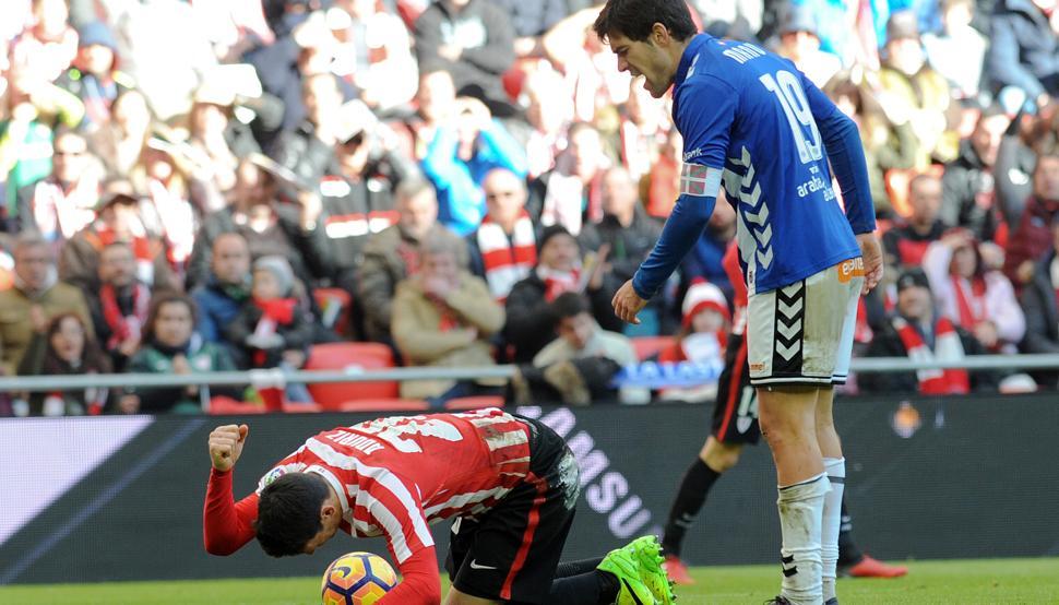 Aritz Aduriz se lamenta en el suelo junto a Manu García en el partido que enfrentó al Athletic contra el Alavés hace un año en San Mamés.