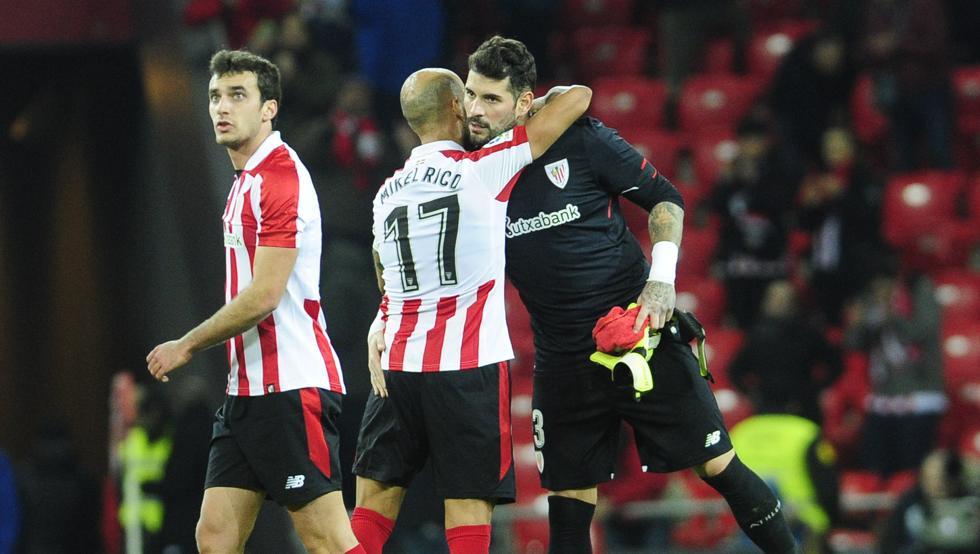 Iago Herrerín se abraza a Mikel Rico al término del partido de ayer contra el Alavés