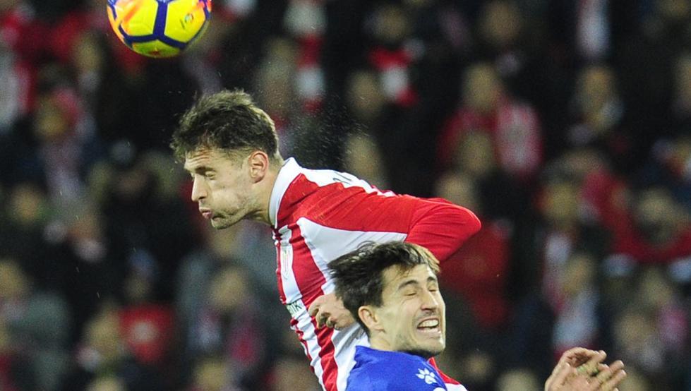 Enric Saborit cabecea un balón ante el alavesista Bojan