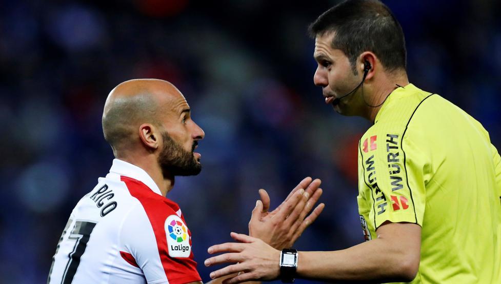Mikel Rico le protesta una acción a Trujillo Suárez.