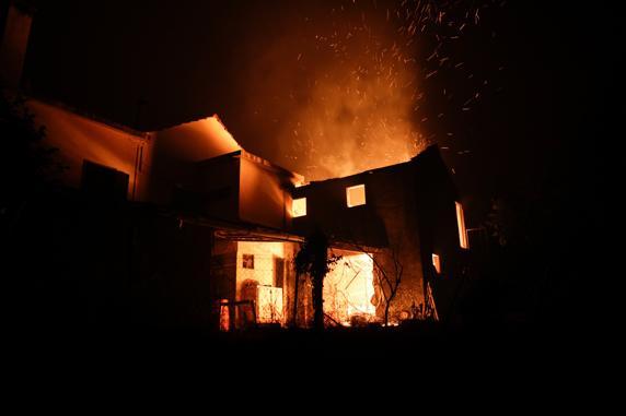 Una casa presa del fuego en Figueiró dos Vinhos . FOTO: EFE