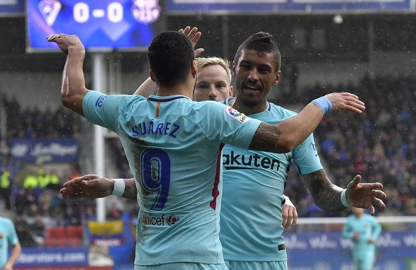 Luis Suárez celebra su gol ante el Eibar con Paulinho .