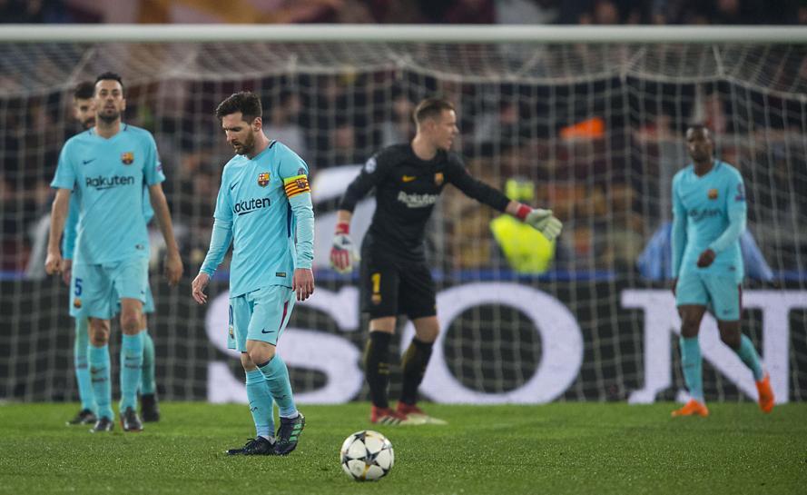 Los jugadores del Barça, abatidos tras el partido ante la Roma.