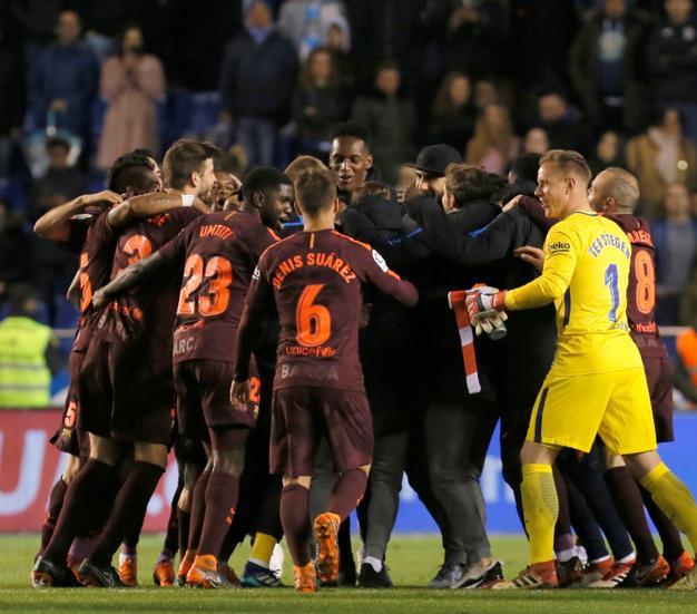 Los jugadores del FC Barcelona forman una piña para celebrar el título de Liga tras su victoria ante el Deportivo de Las Coruña.