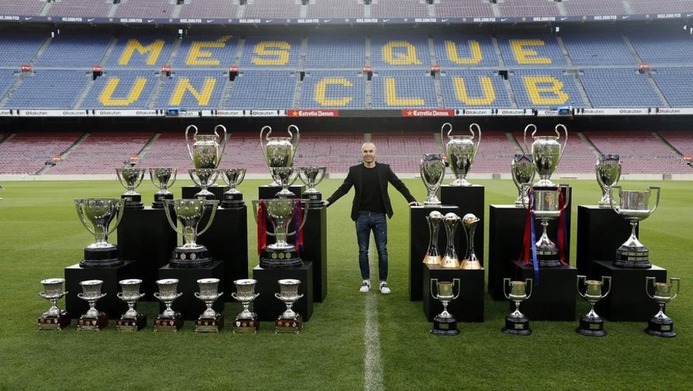 Andrés Iniesta posa con los 32 títulos ganados en el Barça