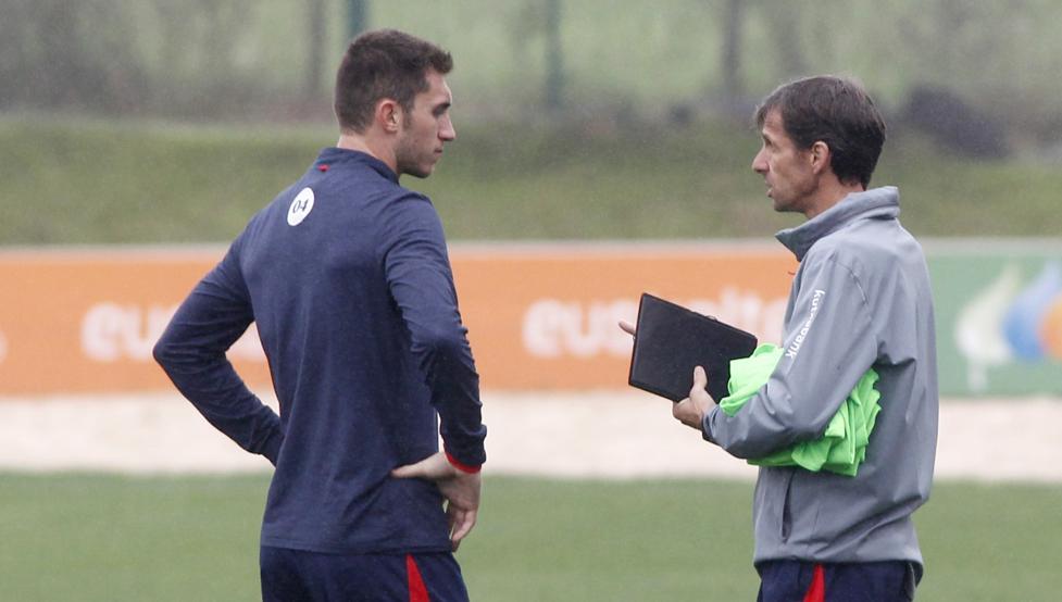 Laporte charla con Ziganda durante un entrenamiento del Athletic