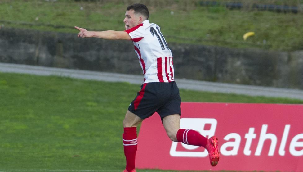 Iñigo Vicente celebra el tanto con el que el Bilbao Athletic derrotó al Arenas en Lezama.
