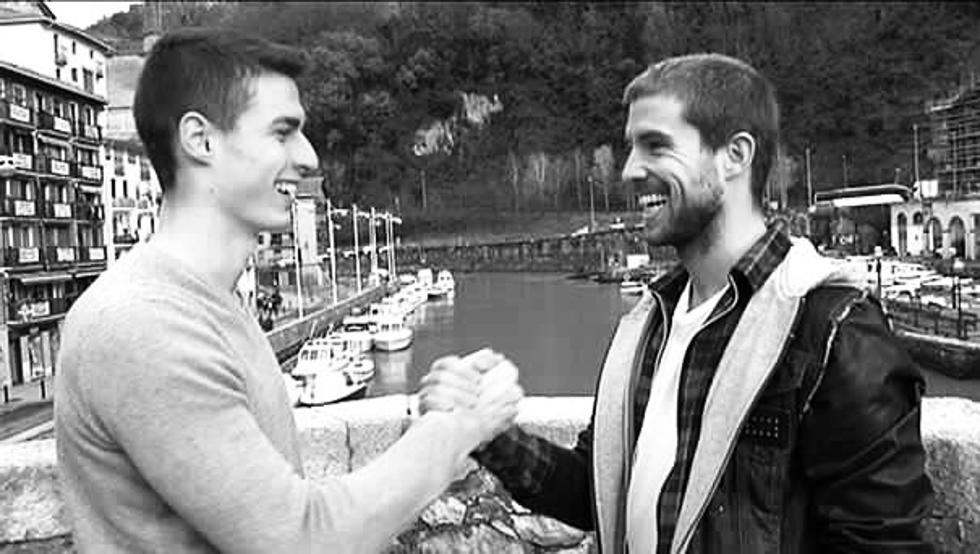 Kepa Arrizabalaga se saluda con Iñigo Martínez en Ondarroa