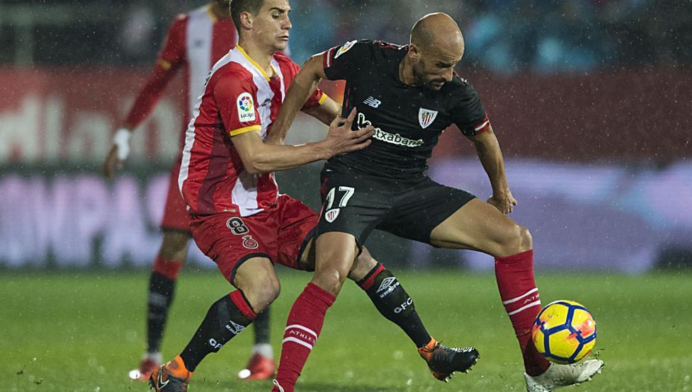Mikel Rico protege el balón ante el acoso de Pere Pons