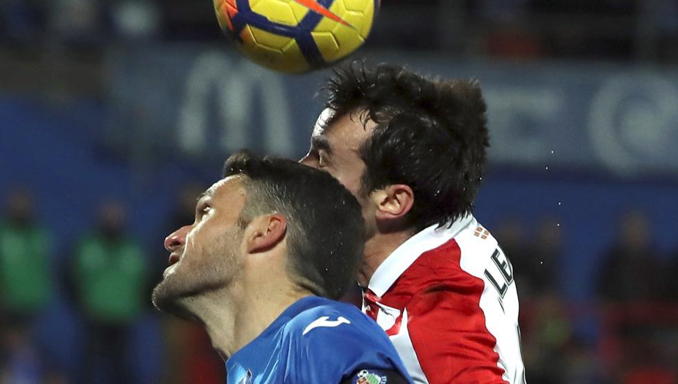 Lekue disputa un balón con Molina en el partido de Getafe.