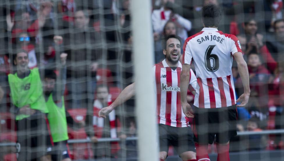 Beñat se dirige a San José para felicitarle por su gol