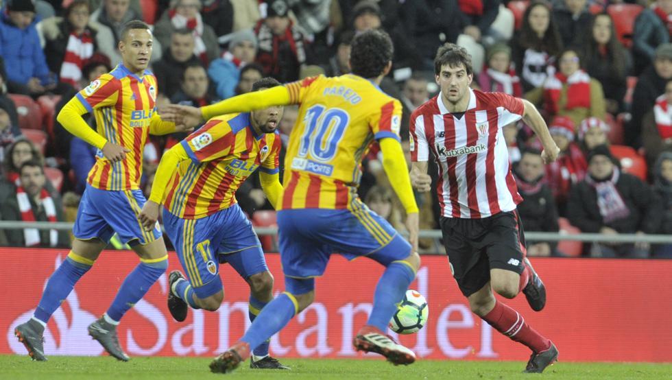 San José intenta llevarse un balón presionado por tres rivales en el partido de ayer en San Mamés.