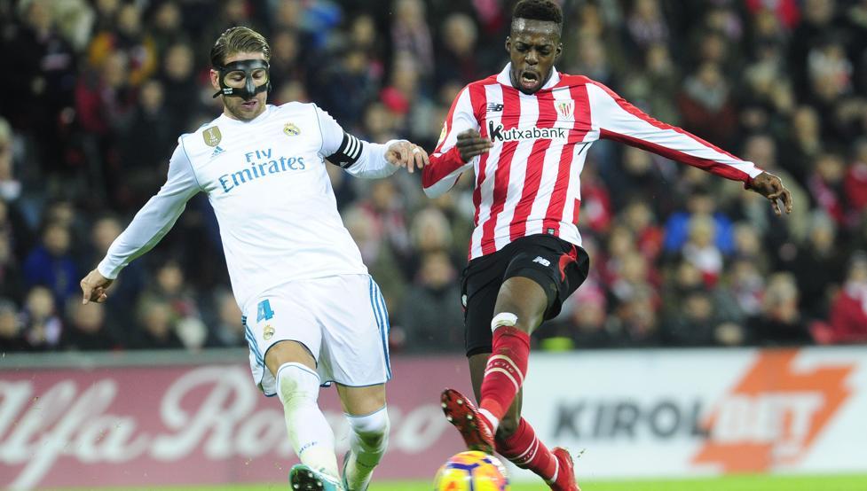 Williams busca la portería del Real Madrid ante la presión de Sergio Ramos.