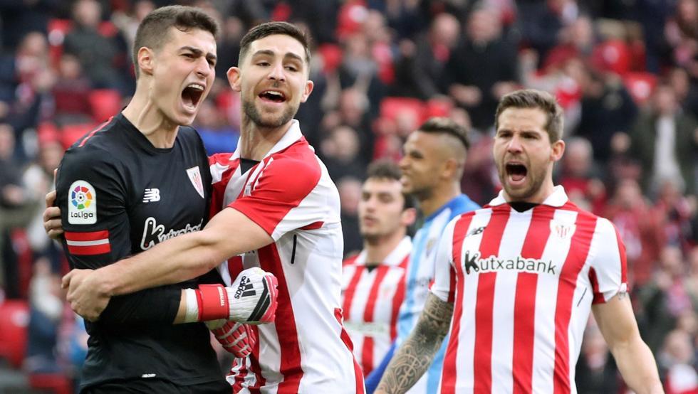 Yeray felicita a Kepa por la parada del penalti ante el Málaga e Iñigo Martínez expresa su alegría