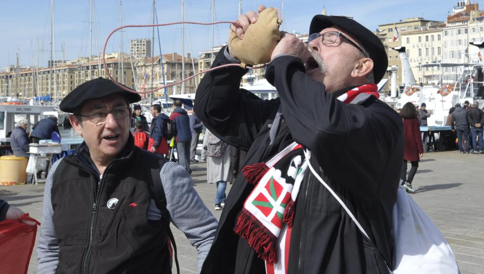 Un aficionado del Athletic bebe de la bota en el Puerto Viejo de Marsella.