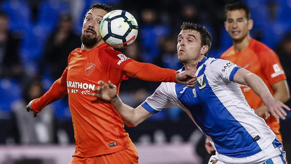 Eraso pugna con Iturra en el partido contra el Málaga en Butarque