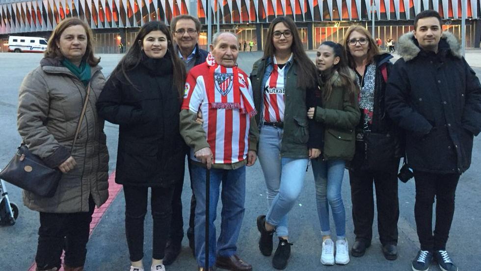 Marcos Torres, hincha toledano del Athletic, y su nieta Gema están ya en San Mamés