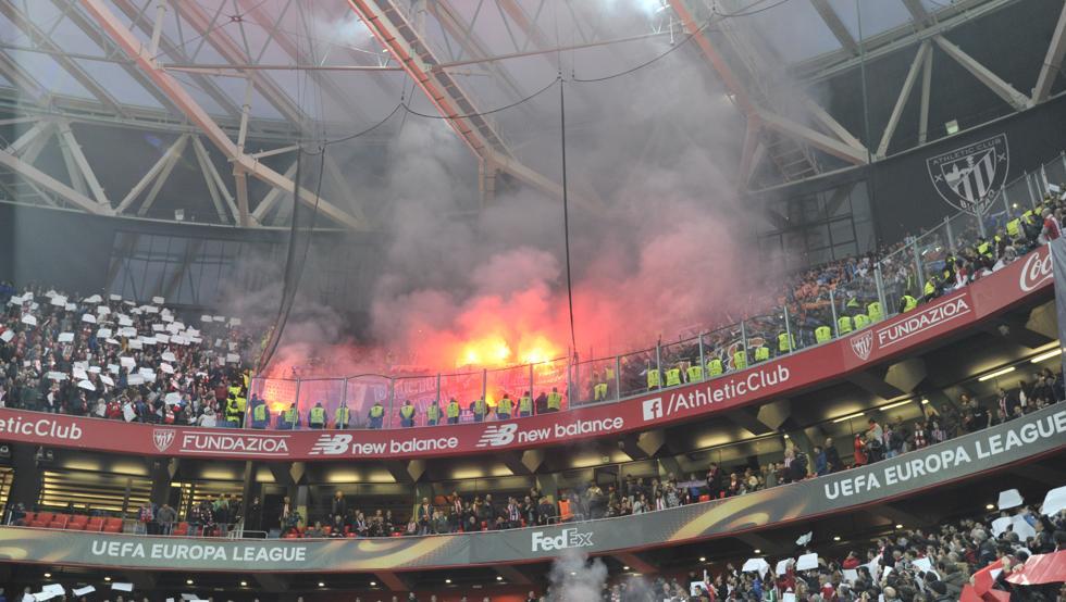 Aficionados ultras del Olympique lanzaron bengalas dentro de San Mamés