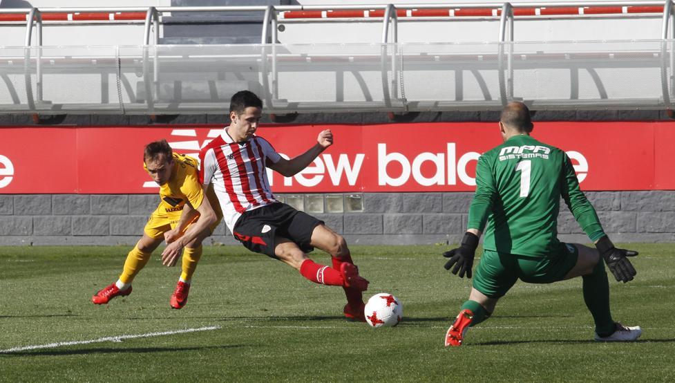 Momento en el que Benito, con la oposición de un rival, supera por bajo a Saizar para poner el 2-1 en Lezama.
