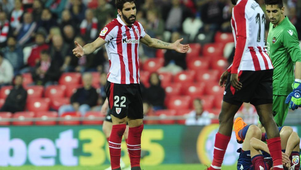 Raúl García se queja ante un rival durante el partido ante el Levante