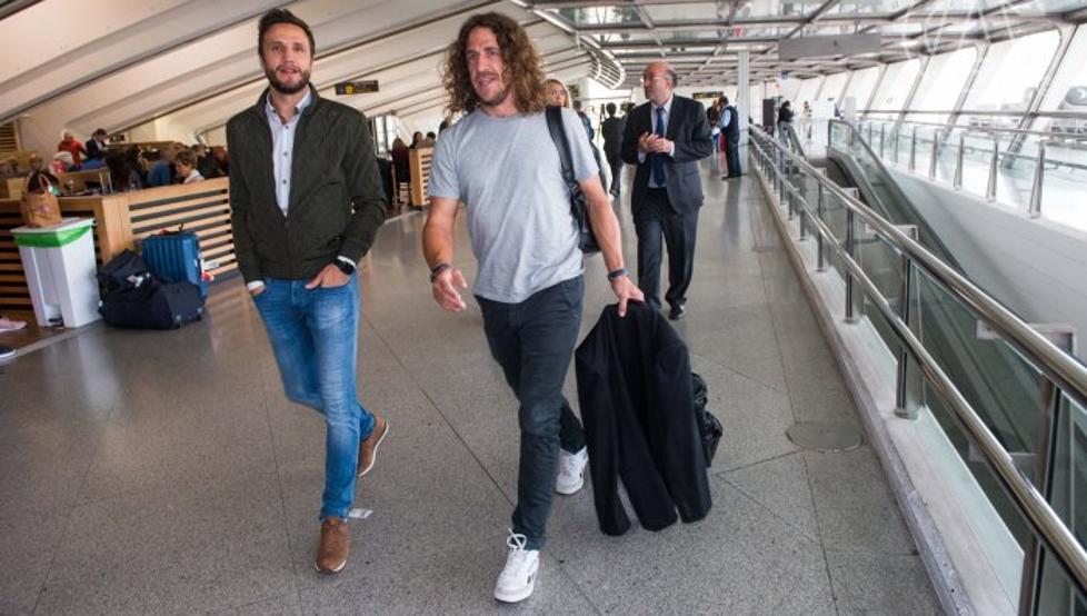 Carles Puyol, a su llegada a Loiu, acompañado por Carlos Gurpegi. Detrás, el directivo Ignacio Palacios-Huerta