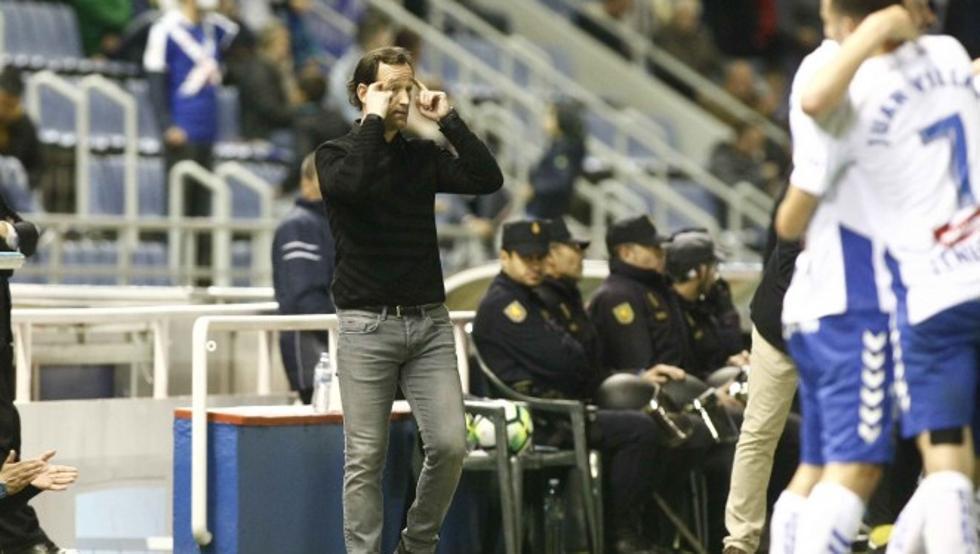 Etxeberria da instrucciones a sus jugadores durante el choque contra el Córdoba.