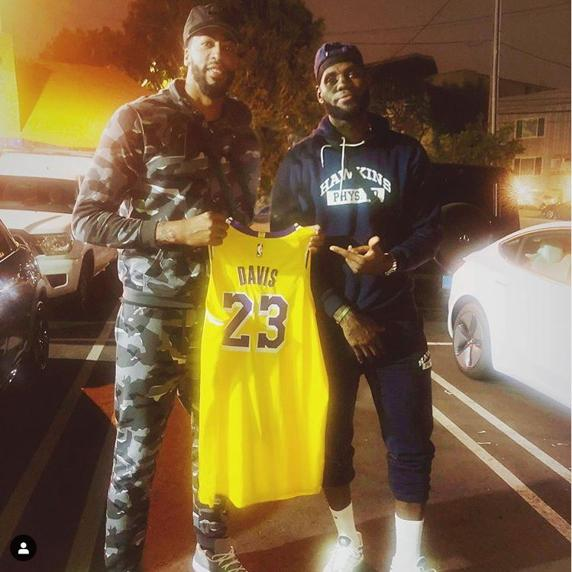 LeBron James entrega el '23' de los Lakers a Anthony Davis