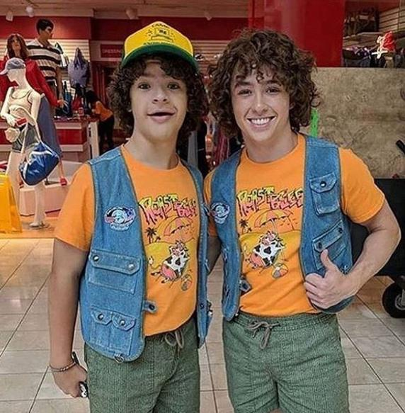 Gaten Matarazzo and his specialist that bends in the stunts of 'Stranger things'.