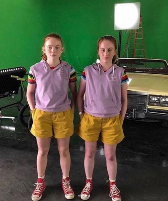 Sadie Sink poses next to his specialist in 'Stranger things'.