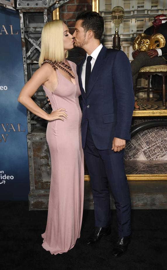 Orlando Bloom kisses Katy Perry on the premiere of Carnival Row. An image that has been done to raise suspicions of pregnancy