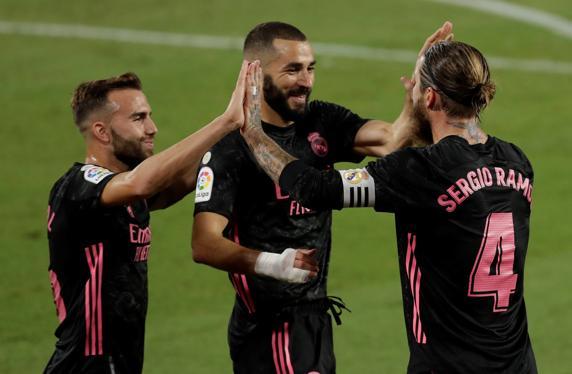 Sergio Ramos celebra con sus compañeros tras marcar el tercer gol ante el Betis.  EFE / Julio Muñoz