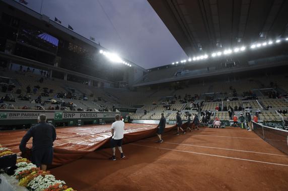 Tromba de agua en París, tapan la pista y cierran el techo de la central en el partido Djokovic-Galán