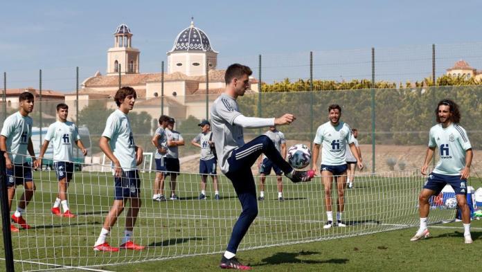 Los jugadores de la selección española olímpica de fútbol que dirige Luis de la Fuente y que competirán en Tokio, durante un entrenamiento realizado en Benidorm.FOTO: EFE