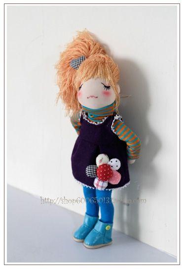 Linda muñeca con pichi y flor