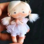 Muñeca mini con corona y moldes gratis
