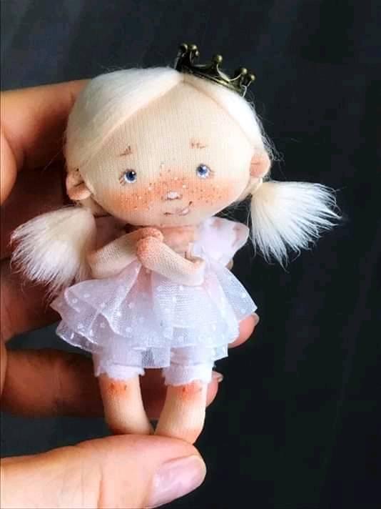 Muñeca mini muñeca con moldes gratis