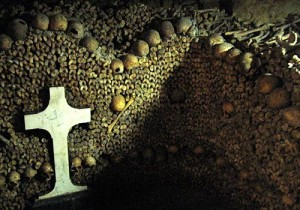 Las paredes de los huesos humanos e1343577906730 300x210 Las catacumbas de París, paraíso del arte macabro