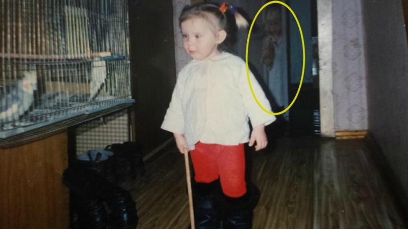 figure fantomatique nina - Une femme découvre la figure fantomatique d'une fille sur une photographie de son enfance